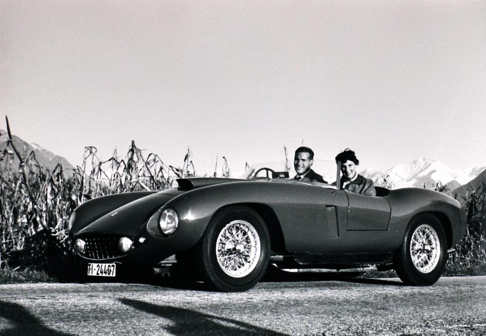 Luigi Pericle Giovannetti e la moglie Orsolina Klainguti sulla Ferrari dell'artista.